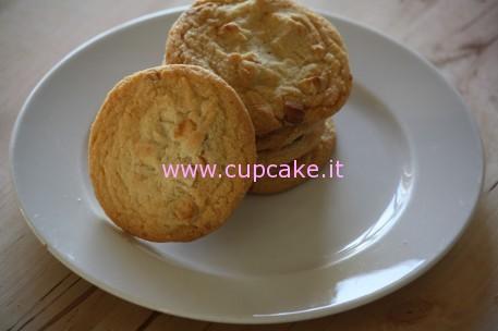 biscotti alla scaglie di cioccolato bianco e noci macadamia